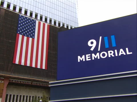 vídeos y material grabado en eventos de stock de zoom in shot of an american flag at the 9-11 memorial on the morning of 9/11/11. the names of victims in the world trade center attacks were read at... - 0 11 months