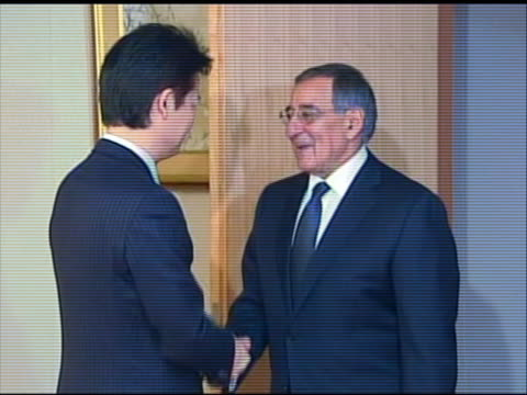 zoom in shot of leon panetta entering a room to greet japanese minister of foreign affairs koichiro gemba. this meeting took place in tokyo during... - united states and (politics or government)点の映像素材/bロール