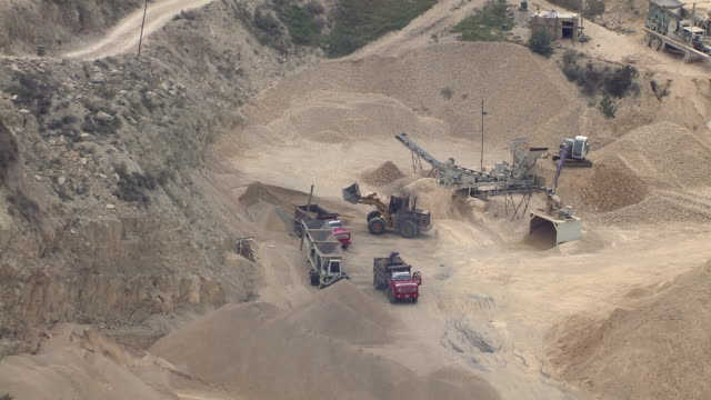 zoom in shot of open pit mine with mountain in colombia - dumper bildbanksvideor och videomaterial från bakom kulisserna