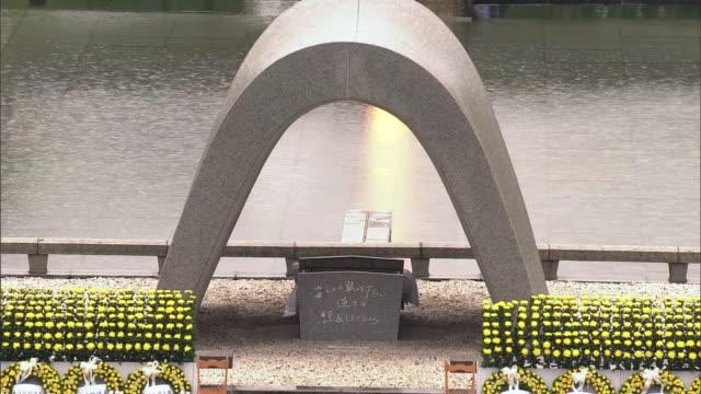 30am zoom in shot of the cenotaph for hiroshima abomb victims during hiroshima peace memorial ceremony epitaph please rest in peace for we shall not... - massförstörelsevapen bildbanksvideor och videomaterial från bakom kulisserna