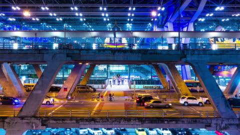 vídeos y material grabado en eventos de stock de zoom: captura de tráfico móvil en carretera por la noche, bangkok, tailandia. lapso de tiempo - aparcamiento