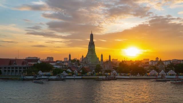 ズームイン: タイ ・ バンコクのワット アルン寺で夜のタイムラプスに日没。 - チャオプラヤ川点の映像素材/bロール