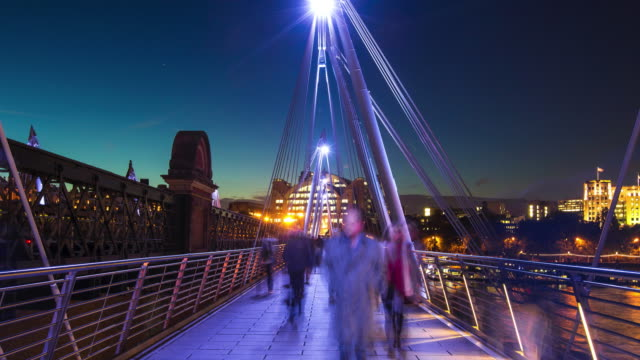 Zoom in time-lapse van pendelaars in Londen in de schemering