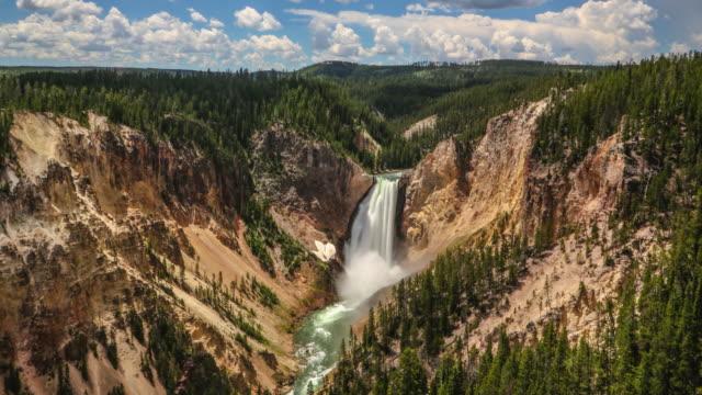 vídeos y material grabado en eventos de stock de zoom en el lapso de tiempo de la cascada al río yellowstone - erosionado