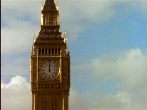 zoom in to big ben at twelve o'clock noon / london - cinematografi bildbanksvideor och videomaterial från bakom kulisserna