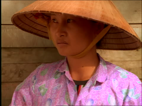 zoom in to close up of vietnamese woman in straw hat - straw hat stock videos & royalty-free footage