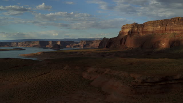 zoom in to distant lake and cliffs in remote desert / glen canyon, utah, united states - gebäudefries stock-videos und b-roll-filmmaterial