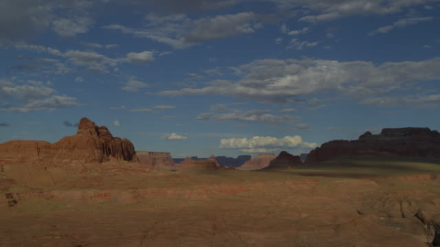 zoom in to distant rock formations in desert / glen canyon, arizona, united states - gebäudefries stock-videos und b-roll-filmmaterial
