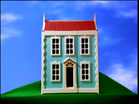 zoom in to dolls house - dollhouse stock videos & royalty-free footage