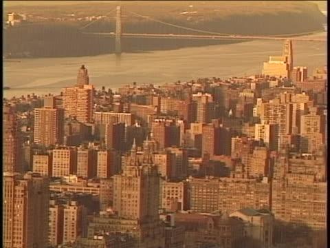 vidéos et rushes de zoom in to establishing shot of the upper west side in new york city. - 1980 1989