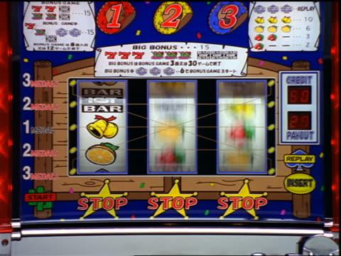 vídeos y material grabado en eventos de stock de zoom in to extreme close up slot machine spinning + stopping at non-winning combination - máquina con ranura