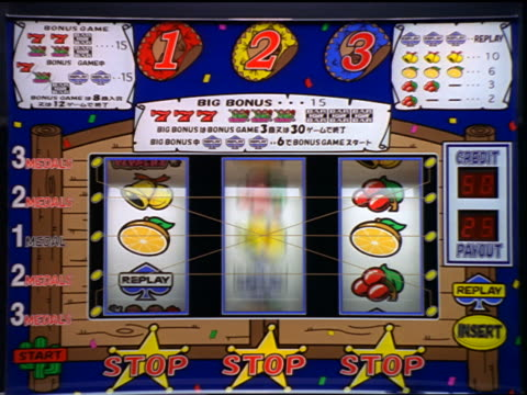 vídeos y material grabado en eventos de stock de zoom in to extreme close up slot machine spinning + stopping at winning combination - tragaperras