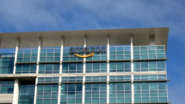 stockvideo's en b-roll-footage met zoom in to logo on facade of silicon valley office of amazon in sunnyvale california on a sunny day october 28 2018 - hoofdkantoor