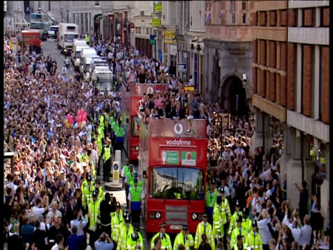 zoom in to michael vaughan and andrew flintoff on front of open top bus during england cricket team ashes victory parade london; 13 sep 2005 - squadra di cricket video stock e b–roll