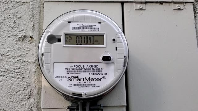 zoom in to smart electric meter from pacific gas and electric, part of a smart grid initiative, san ramon, california, september 25, 2019. - stromnetz stock-videos und b-roll-filmmaterial