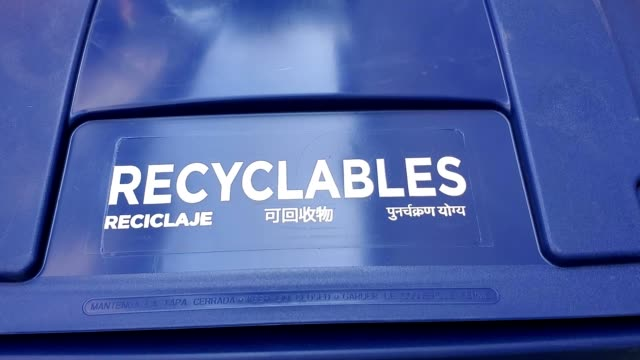 zoom in to text reading recyclables in several languages on curbside solid recycling bin in san ramon california september 12 2019 - rinnsteinkante stock-videos und b-roll-filmmaterial