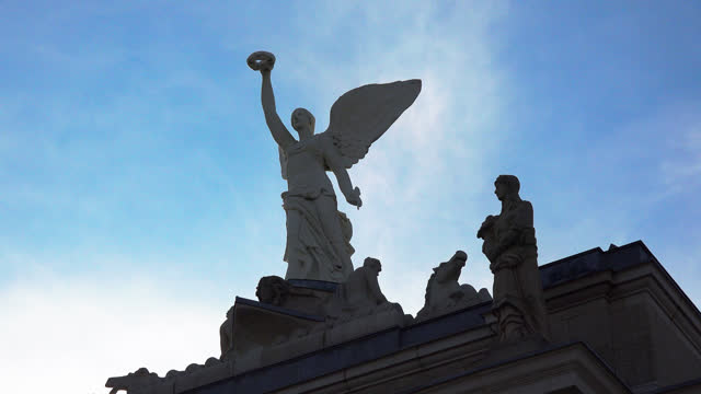 zoom in to the decorative statue on top of princes' gates in exhibition place on october 30, 2020; in toronto, ontario, canada. exhibition place is a... - atmosphere filter stock-videos und b-roll-filmmaterial