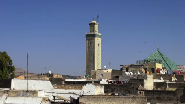 zoom in to the minaret in fes, morocco - minareto video stock e b–roll