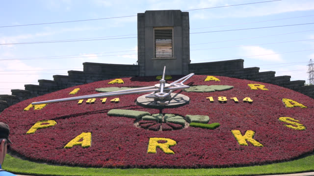 zoom in to the niagara parks flower clock on june 19 in the niagara area in the province of ontario this place is a national landmark and a major... - niagara falls stock videos & royalty-free footage