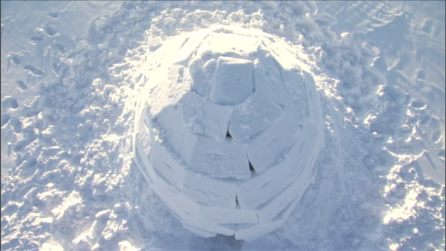 zoom in to the top of an igloo. available in hd. - igloo stock videos & royalty-free footage