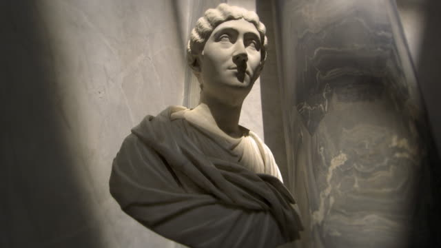 zoom in towards female bust in the new wing - sculpture stock-videos und b-roll-filmmaterial
