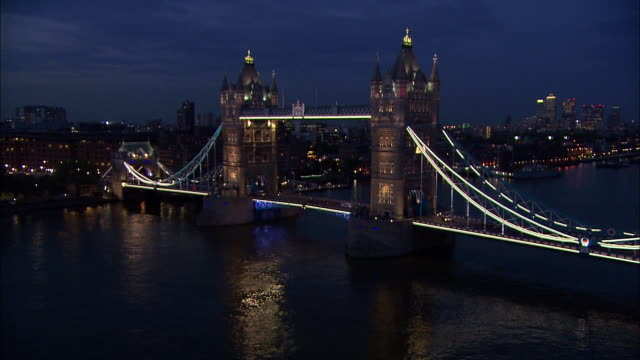 zoom in tower bridge at night - suspension bridge stock videos & royalty-free footage
