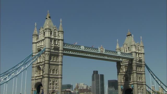 zoom in tower bridge in london - suspension bridge stock videos & royalty-free footage