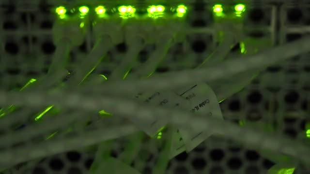 heranzoomen utp kabel, blinzeln led-beleuchtung und rj 45 auf die ethernet-schalter - optisches gerät stock-videos und b-roll-filmmaterial