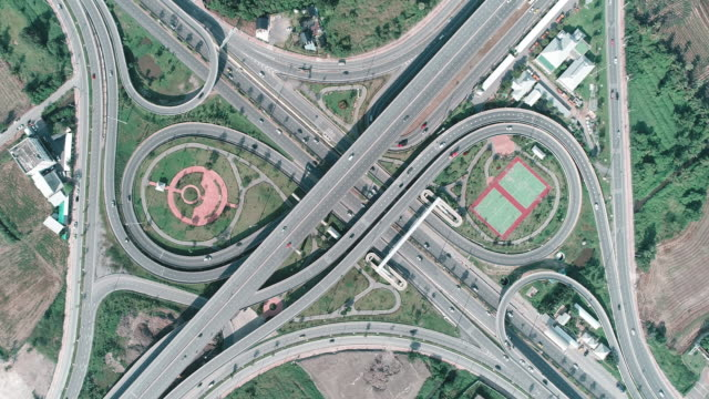 ズーム機能付きの配布または交通機関の概念のための美しい高速道路道路の空撮。 - 不動産の看板点の映像素材/bロール