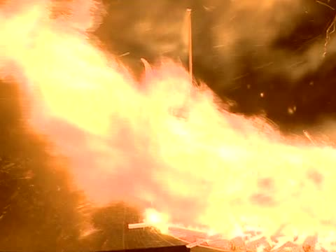 zoom into the dragon head of the replica viking galley as it catches fire at the culmination of the up helly aa festival - galeere stock-videos und b-roll-filmmaterial