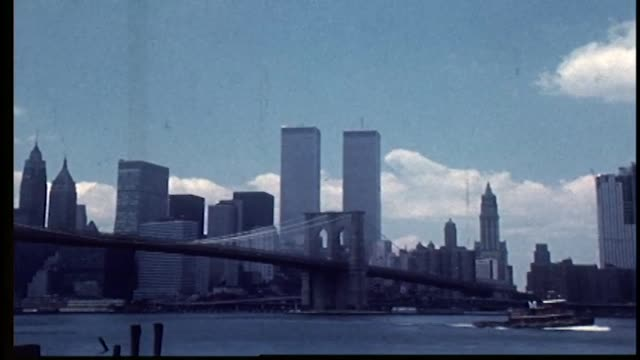 vídeos de stock e filmes b-roll de zoom into world trade center over the brooklyn bridge. - world trade center manhattan