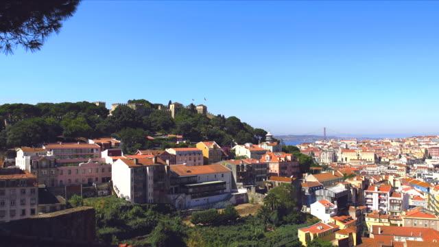 zoom on lisbon castello. - 4月25日橋点の映像素材/bロール