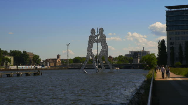 zoom on molecule man in the spree. - スプリー川点の映像素材/bロール