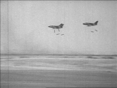 vidéos et rushes de b/w 1967 zoom out pan 3 bombers dropping bombs over desert in six day war / newsreel - 1967