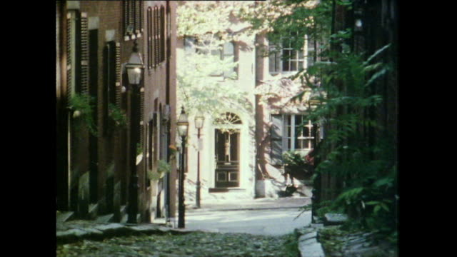 vídeos de stock e filmes b-roll de zoom out along narrow cobbled street; beacon hill, boston, 1981 - 1981