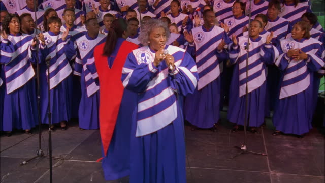 zoom out and in to lead singer of gospel choir, jackson, mississippi available in hd. - 賛美歌点の映像素材/bロール