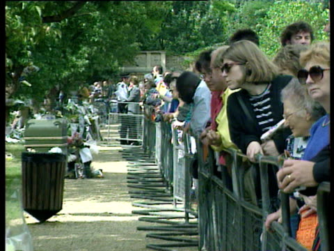 zoom out and pan left from mourners and flowers at kensington palace death of diana princess of wales 01 sep 97 - kensington palace video stock e b–roll