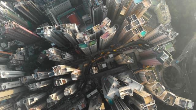 vídeos y material grabado en eventos de stock de alejar y gire de patrón de rascacielos en hong kong. - zona financiera