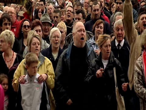 vídeos de stock, filmes e b-roll de zoom out as large group of nottingham forest fans sing and sway during memorial service marking 20th anniversary of hillsborough tragedy 15 april 2009 - marcação esporte