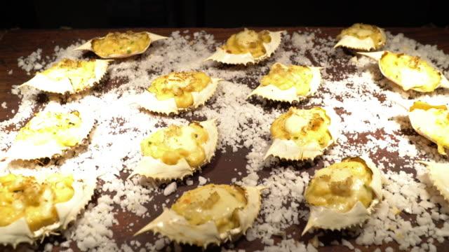 ベイクドチーズカニをズームアウト - カニ捕り点の映像素材/bロール