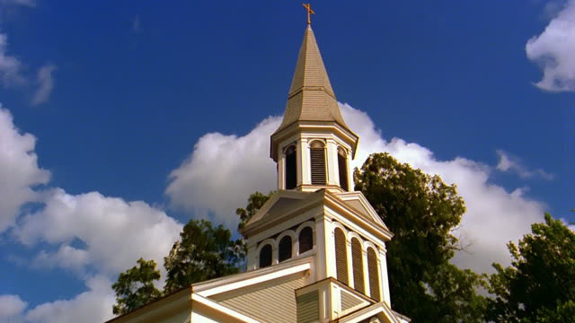 stockvideo's en b-roll-footage met zoom out church steeple / new england - torenspits