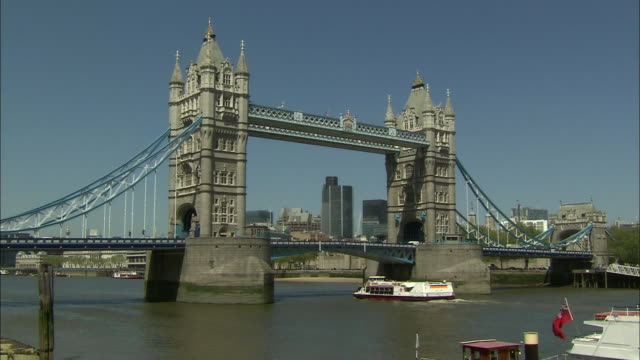 zoom out detail of tower bridge to wide shot - suspension bridge stock videos & royalty-free footage