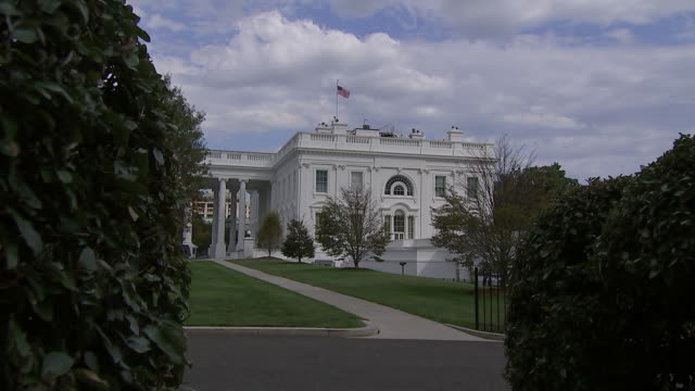 zoom out establishing shot of the white house in washington, d.c. - united states and (politics or government)点の映像素材/bロール