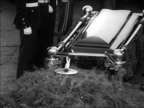 b/w 1963 zoom out eternal flame burning by jfk's coffin guarded by military / arlington cemetery - attentat auf john f. kennedy stock-videos und b-roll-filmmaterial