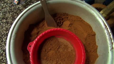 vídeos y material grabado en eventos de stock de zoom out: finely grounded coffee beans in bowl - cucharón