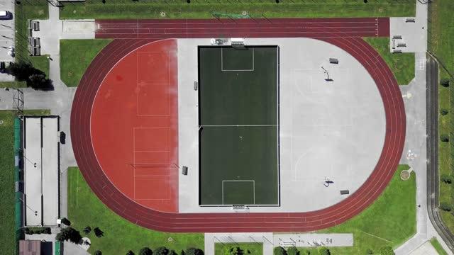映像をズームアウト - スポーツスタジアムの真上 - 球技場点の映像素材/bロール