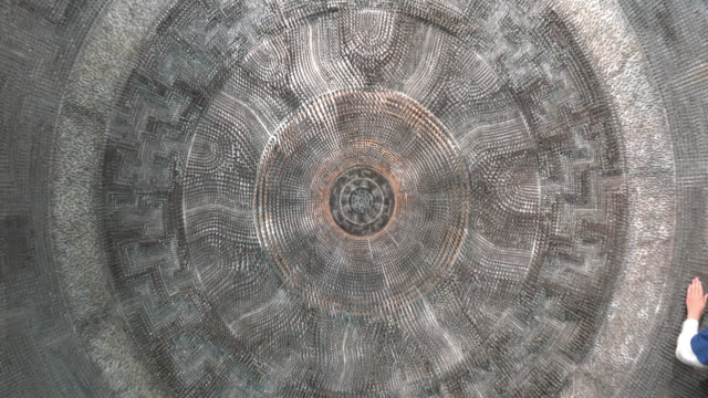 zoom out from a decorative element on a wall of the new city hall, located in nathan phillips square in toronto, ontario, canada on may 23, 2015. - kunst, kultur und unterhaltung stock-videos und b-roll-filmmaterial
