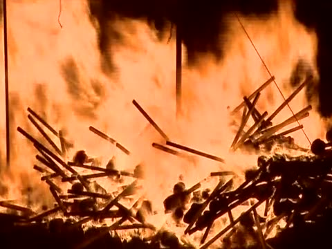 vídeos de stock, filmes e b-roll de zoom out from a pile of torches on a burning replica viking galley for the up helly aa festival - festival tradicional