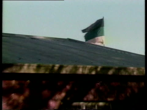 vídeos de stock e filmes b-roll de zoom out from anc flag on roof of nelson mandela's home in soweto - soweto