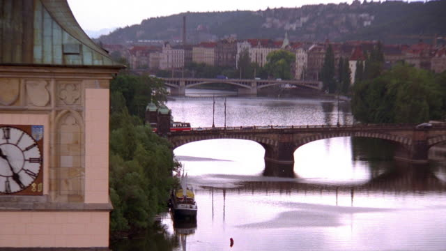 vídeos de stock, filmes e b-roll de zoom out from bridge on vltava river to high angle wide shot of prague / czech republic - stare mesto